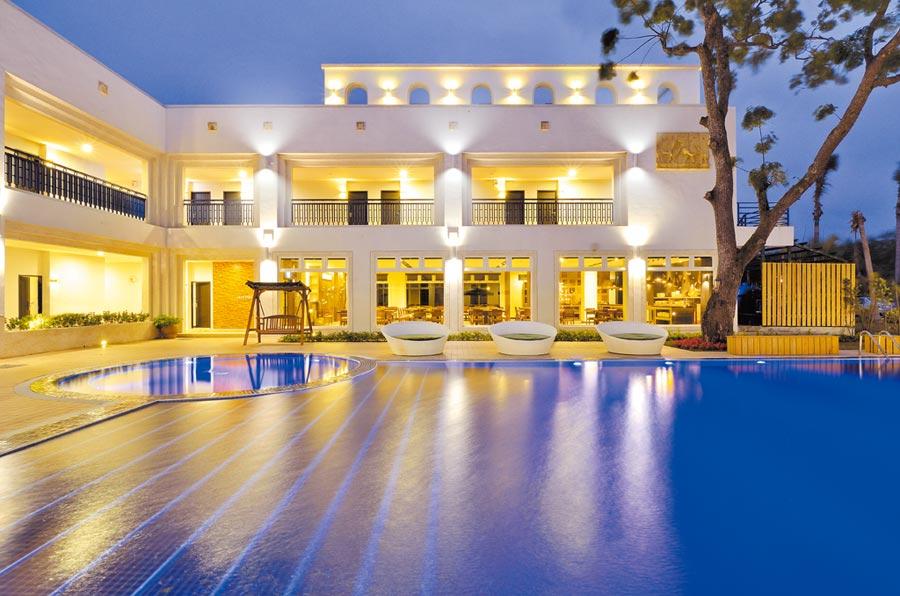 「樂樂日暉溫泉酒店」今年新開幕,設有氣氛優雅的戶外泳池。(日暉集團提供)