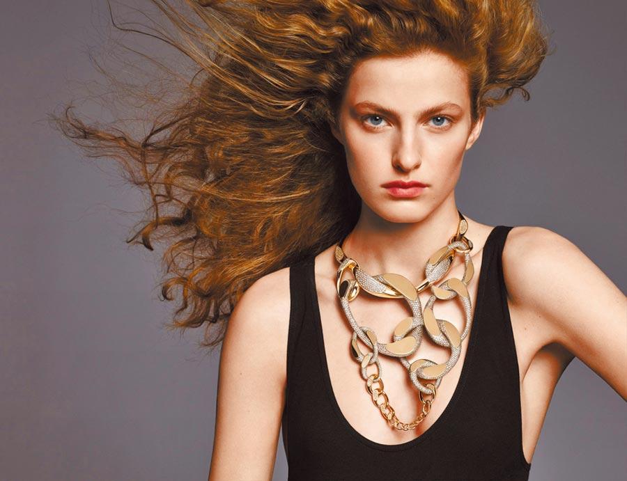 模特兒佩戴愛馬仕Fusion緞面鈦與玫瑰金鑲褐鑽項鏈,為獨一無二之作,2158萬2900元。(HERMES提供)