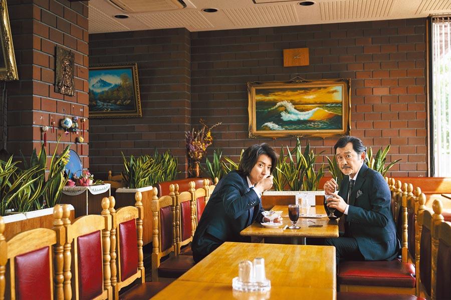 D'URBAN慶2020年迎向50周年,邀吉田鋼太郎(右)與藤原龍也拍時尚片,兩人在咖啡館拍攝充滿戲味。(D'URBAN提供)