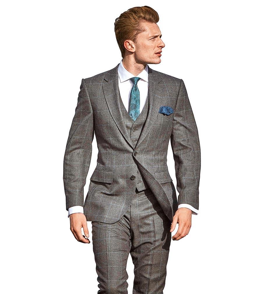 SOGO忠孝館「買西裝送手機」,GIEVES&HAWKES藍綠色威爾士親王格炭灰色2件式西裝,原價7萬9990元、特價6萬3992元,加贈1支小米A2手機。(SOGO提供)