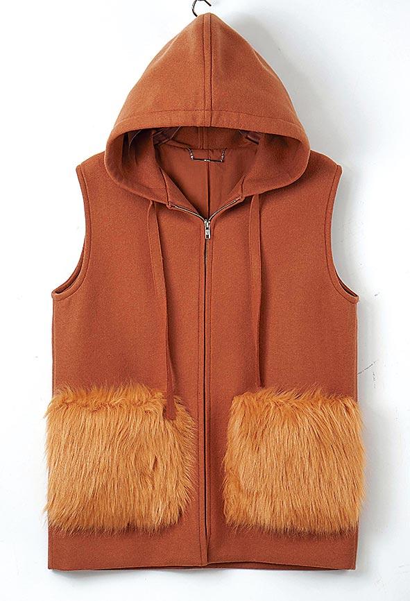 SOGO忠孝館Mila Owen羊毛連帽造型背心(環保皮草),原價5280元、特價2640元。(SOGO提供)
