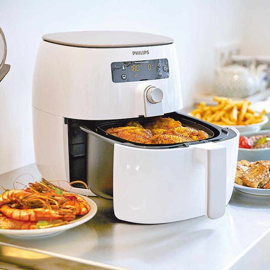 新光三越獨家,PHILIPS健康氣炸鍋HP9642,加贈煎烤盤HD9940+烘烤鍋HD9925+噴油罐,原價1萬2900元、特價8990元。(新光三越提供)
