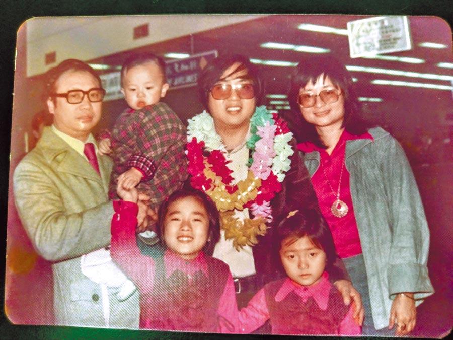 李錫奇早年赴美,前時報周刊發行人簡志信(左一)到機場送行。(古月提供)