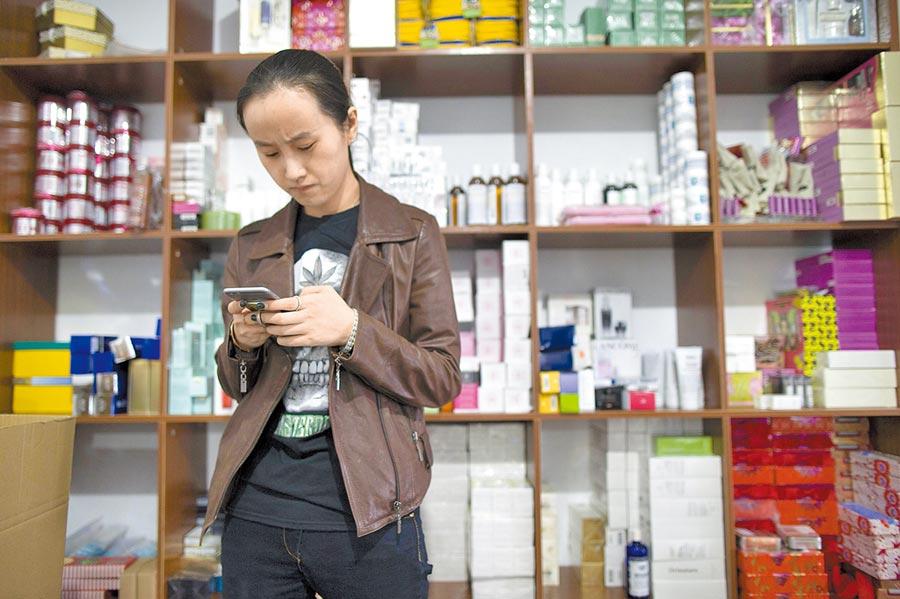 大陸越來越多農村小鎮,新開了化妝品專賣店。(中新社)