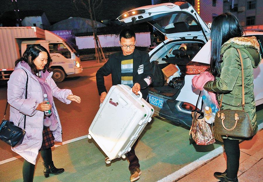 網約車下沉縣域城市,滴滴連通美好生活。圖為滴滴順風車司機幫忙旅客搬運行李。(新華社資料照片)