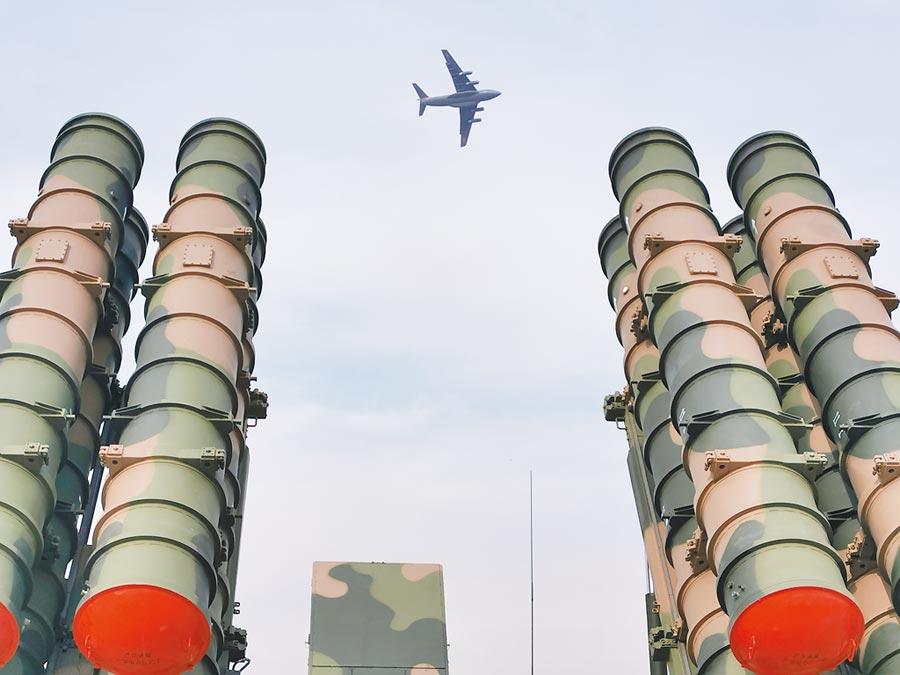 10月18日,解放軍空軍成立70周年航空開放活動,運-20從新型地對空飛彈上空飛過。(新華社)