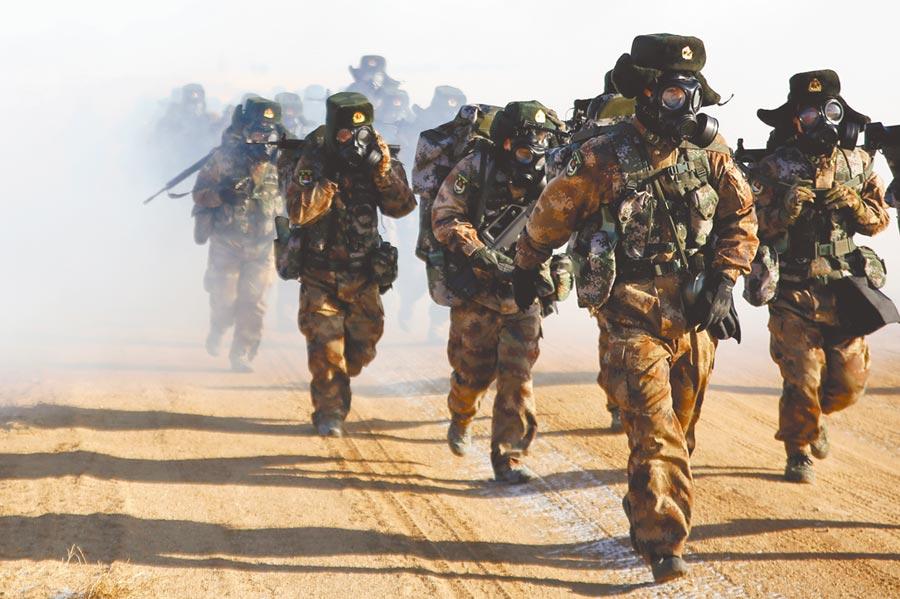 解放軍北部戰區陸軍某聯合訓練基地冬季行軍演練。(中新社資料照片)