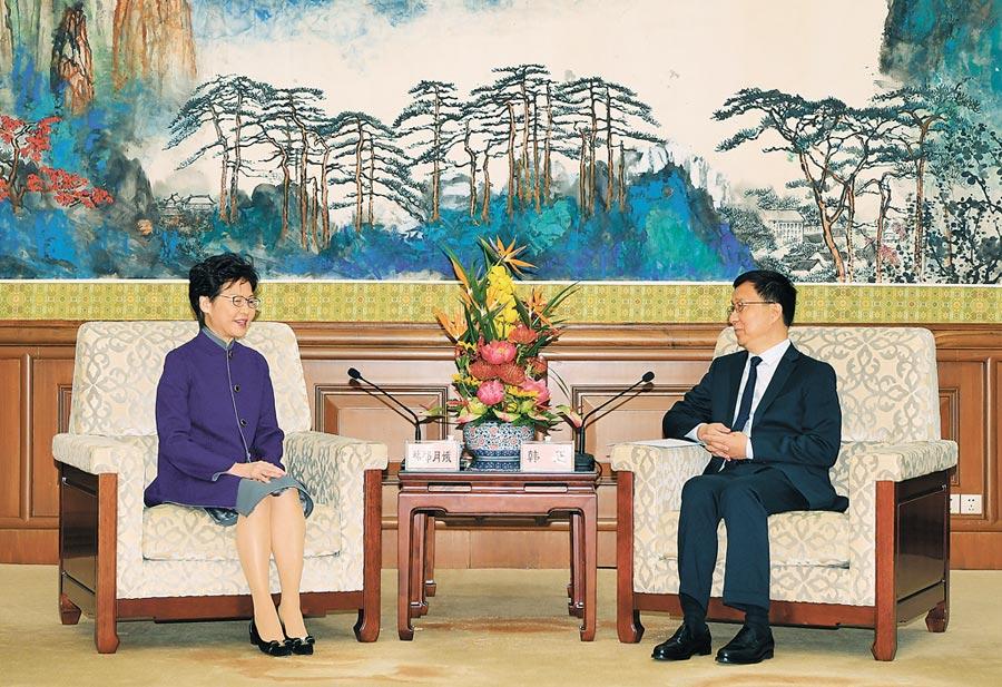 11月6日,香港特首林鄭月娥(左)上午與大陸國務院副總理韓正(右)會面。(中新社)