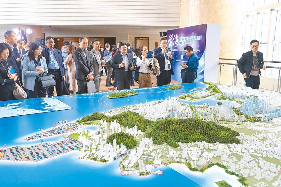 在香港舉行的粵港澳大灣區發展規畫政策推介會上,嘉賓在參觀前海城市新中心規畫模型。(中新社資料照片)
