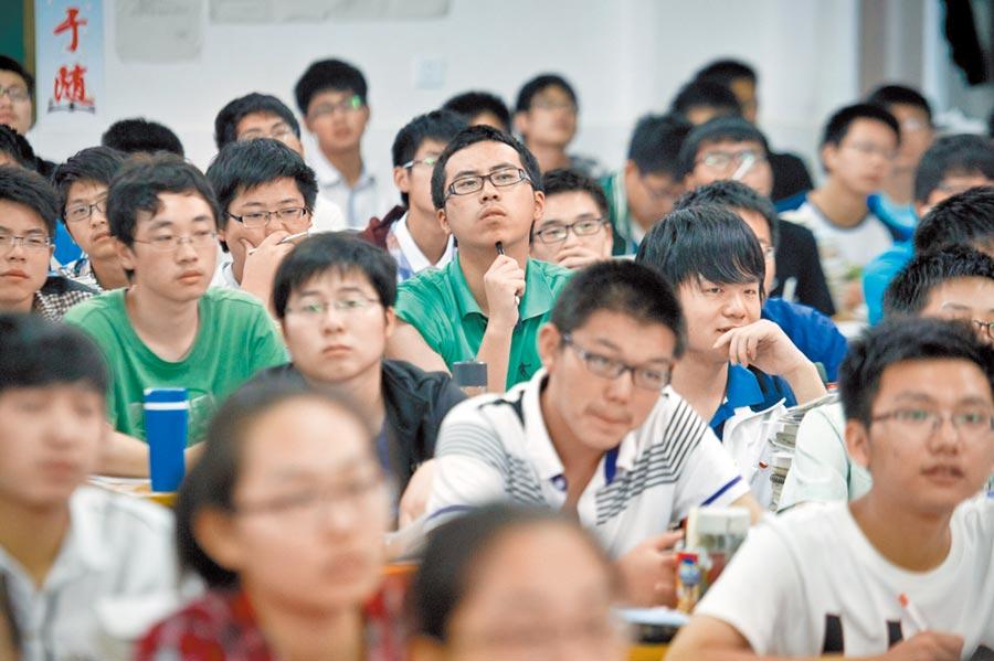安徽毛坦廠中學高三生在課堂上學習。(新華社資料照片)