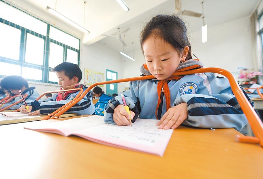 武漢一小學的學生在使用防近視課桌椅學習。(新華社資料照片)
