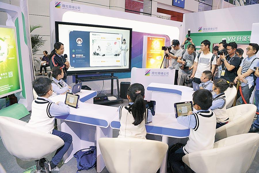 福建一公司在AI教育成果發布會上展示AI助教智慧教室。(中新社資料照片)