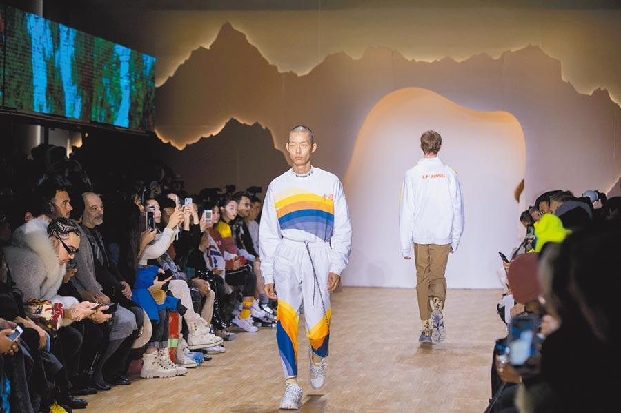 2月12日,在美國紐約時裝周上,模特兒展示李寧品牌新款服飾。(新華社)