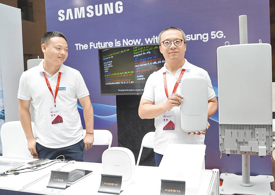 大陸三星電子欲藉5G重奪市場。圖為7月17日,三星工作人員展示5G設備。(新華社)