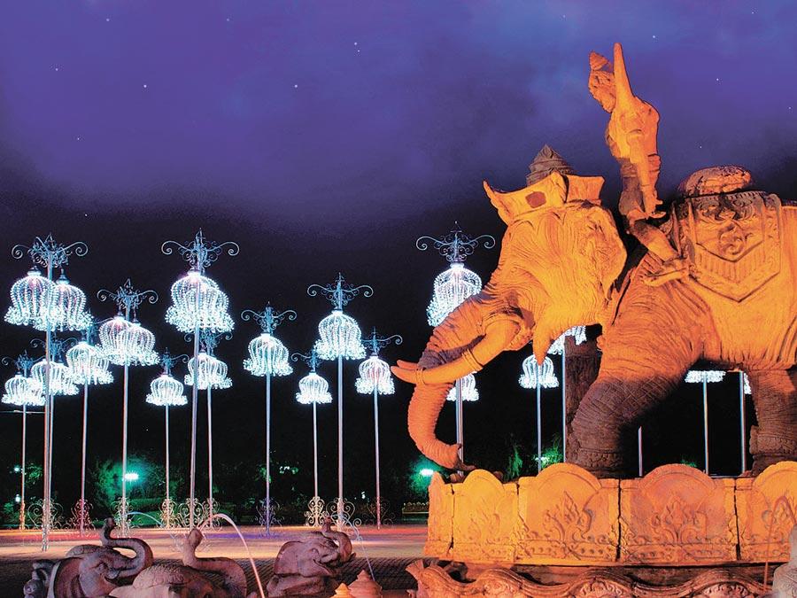 普吉島夜間的幻多奇樂園。(本報系資料照片)