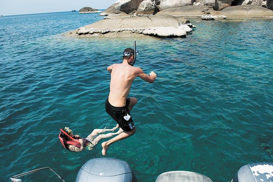 「跳島」旅遊成新選擇,遊客在泰國濤島(蘇美島的離島)海灣跳水。(新華社資料照片)