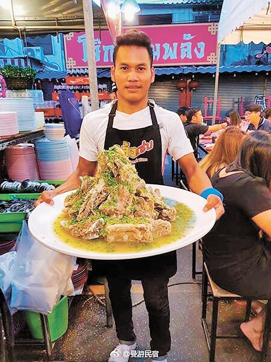 火車夜市特色美食「泰式酸辣豬脊骨」。(取自新浪微博@曼游民宿)