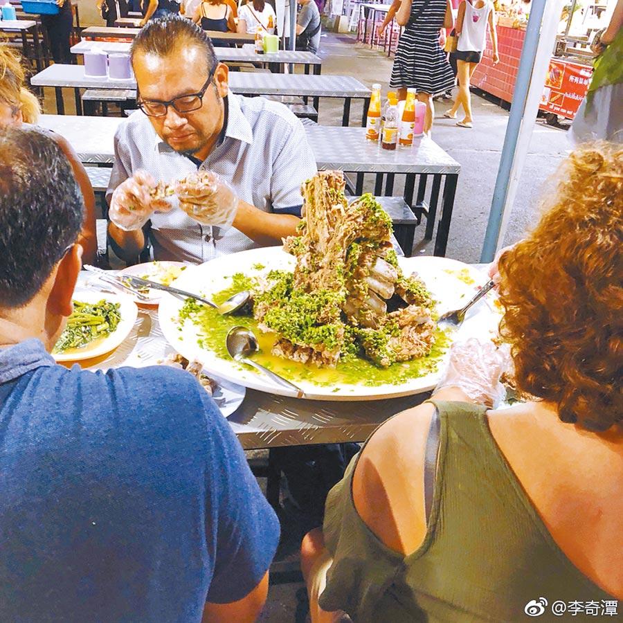 更多陸客透過旅遊網站評價分享,前往當地體驗生活、美食。(取自新浪微博@李奇潭)