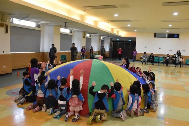 107學年度於秀峰國小附幼辦理《0-5歲幼兒運動遊戲百科》教學觀摩活動,幼生們使用氣球進行團體活動。