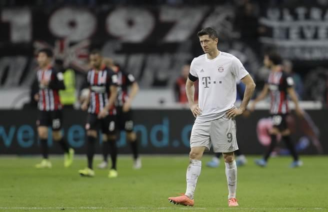 拜仁慕尼黑上周末在法蘭克福吞下慘敗,圖為表情失落的拜仁前鋒萊萬多斯基。(美聯社資料照)