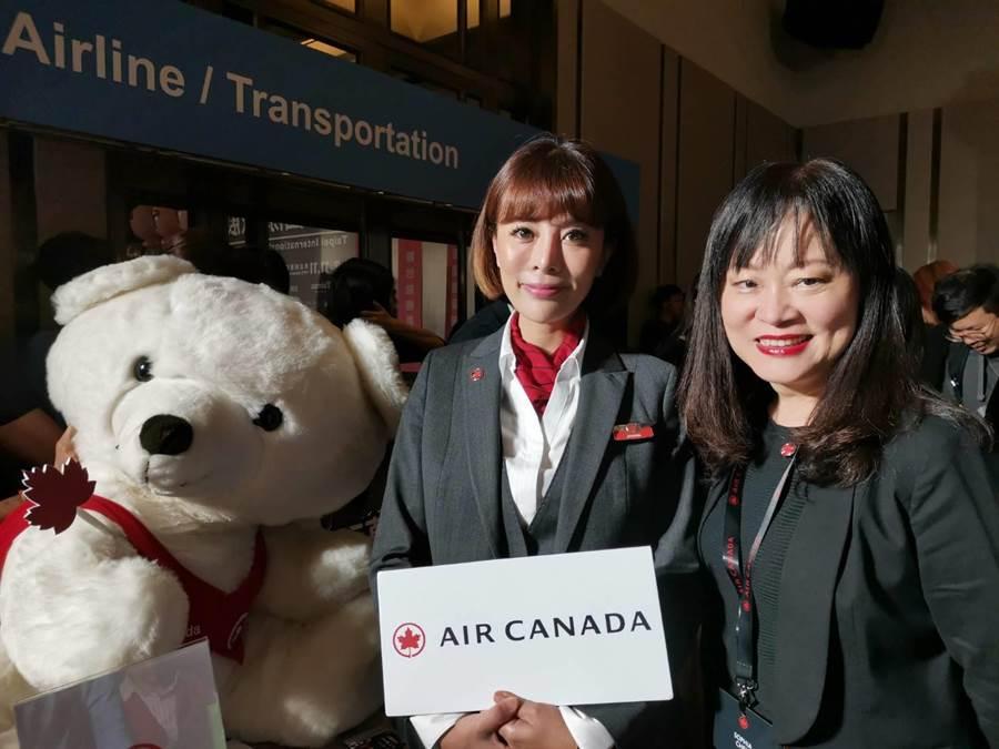左起加拿大航空台灣分公司總經理陳美至與加航台籍空服員JOANNA合影。加航飛台北航班都配置兩名會說台語與國語的空服員。圖:張佩芬