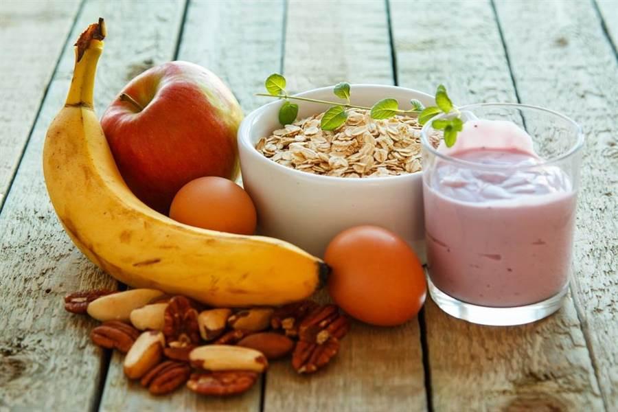 要吃出好情緒、吃出快樂,就要掌握「均衡飲食、多天然食物」的飲食原則。(達志影像/shutterstock)
