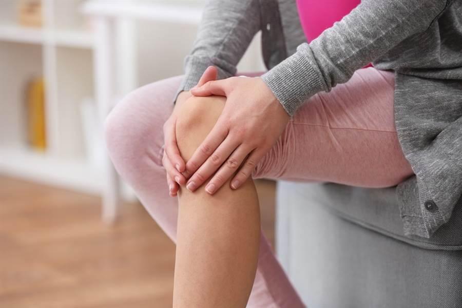 退化性關節炎已經不再是老年人的專利,現在有年輕化的趨勢,尤其是久站久走的族群。(達志影像/shutterstock)