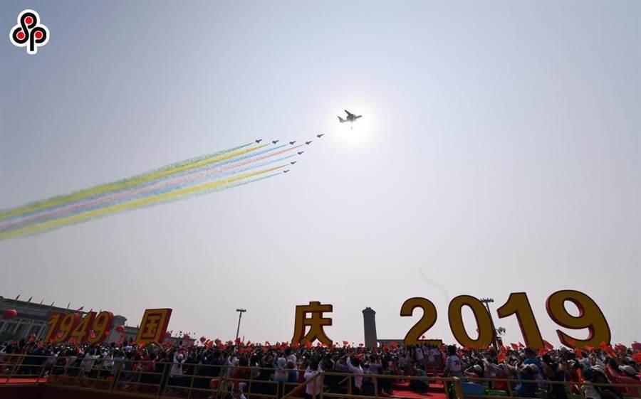 「北京藍」成常態。圖為今年10月1日慶祝中共建政70周年大會在北京天安門廣場上空受閱的領隊機梯隊。(新華社)
