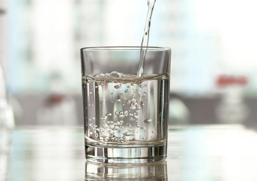 早晨第一杯水怎麼喝?專家警告喝錯更傷身。(達志影像)