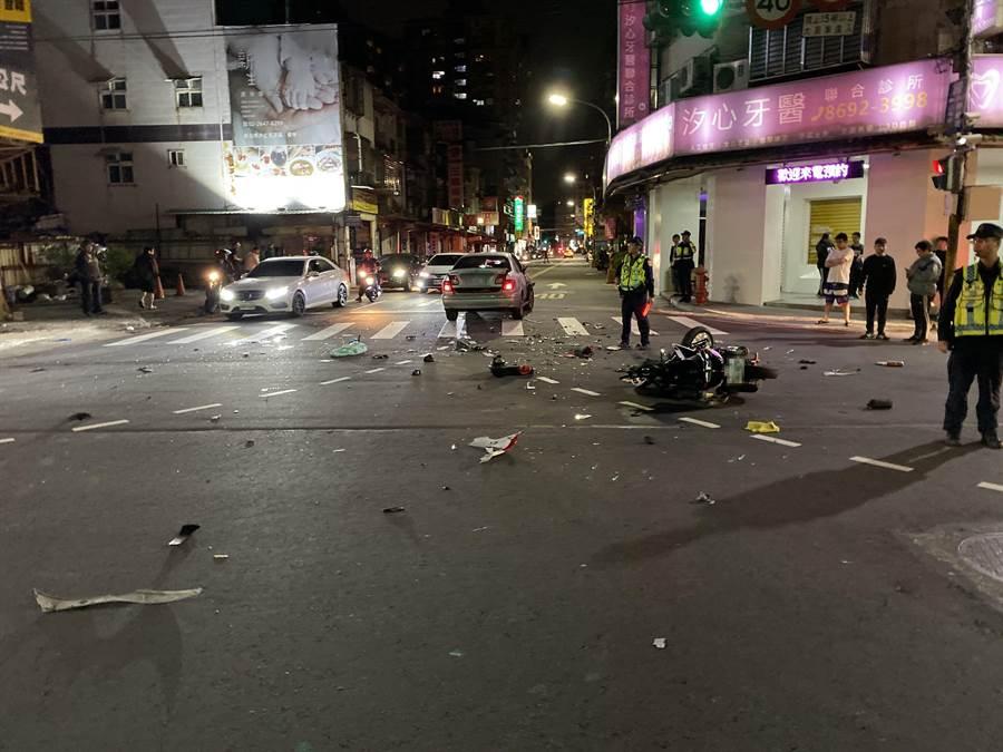 汐止大同路二段與建成路口7日晚間發生死亡車禍,一名李姓騎士撞上劉姓男子駕駛的自小客車,頭部重創,不治身亡。(汐止分局提供/張睿廷新北傳真)