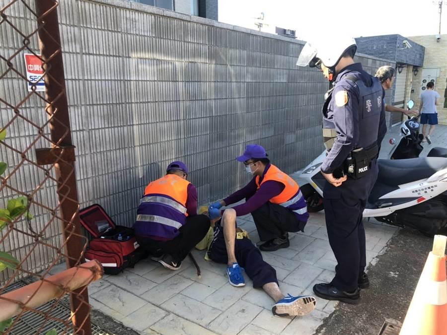 老翁躺在地上,嚇壞路人,蘆竹警方協助回家。(蘆竹分局提供/甘嘉雯桃園傳真)