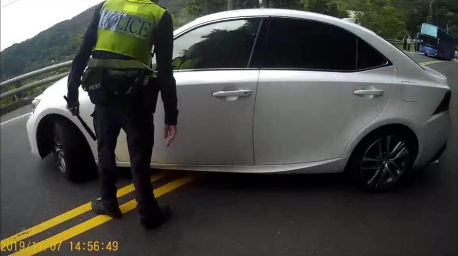 朱姓駕駛將自小客車橫停馬路中。(楊漢聲翻攝/楊漢聲台東傳真)