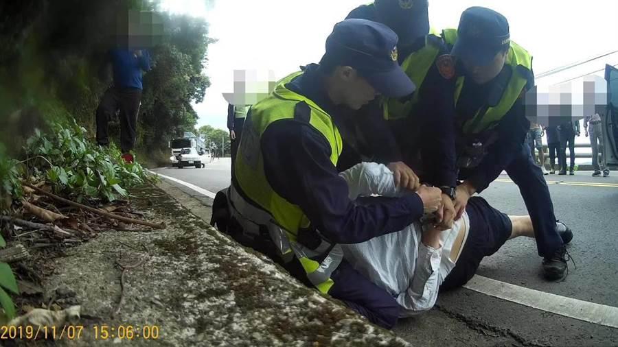 警方強力執法將駕駛壓制在地。(楊漢聲翻攝/楊漢聲台東傳真)