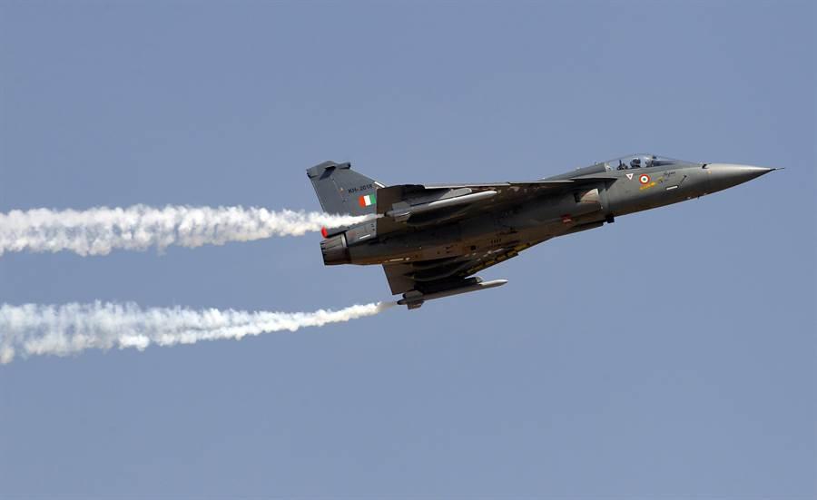 印度研發了30年的LCA光輝戰機終於正式服役,同時也著手研發艦載版,讓印度民眾相當興奮。(圖/美聯社)