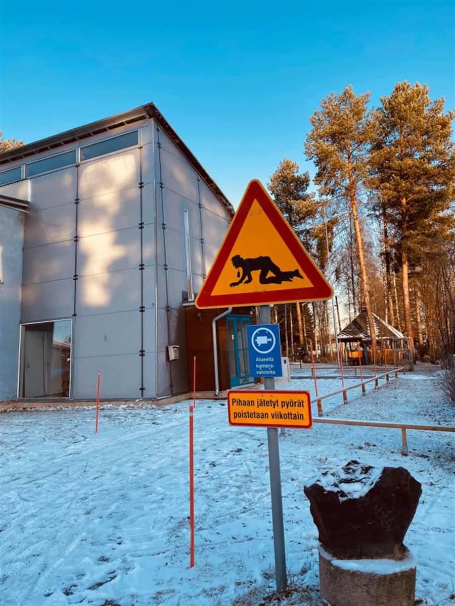 PO主朋友在芬蘭看到的詭異警示牌(圖/摘自爆系知識家)