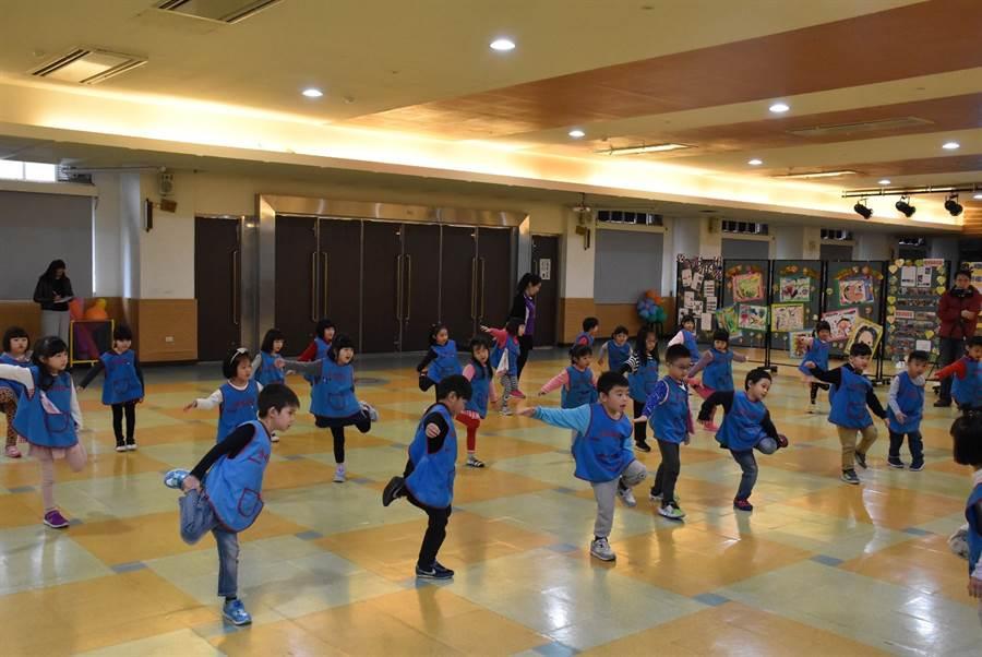 107學年度於秀峰國小附幼辦理《0-5歲幼兒運動遊戲百科》教學觀摩活動,幼生們由老師帶領,正進行運動遊戲百科中的暖身運動環節。