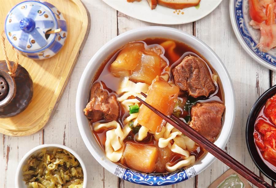 網友PO文表示,自己超愛吃牛肉麵,懇請鄉民推薦他幾家好吃的店。(圖/達志影像)