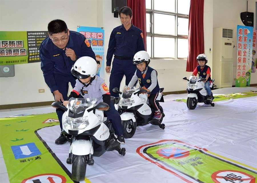金門小朋友騎迷你版警車,體驗道路交通安全。(金湖分局提供/李金生金門傳真)