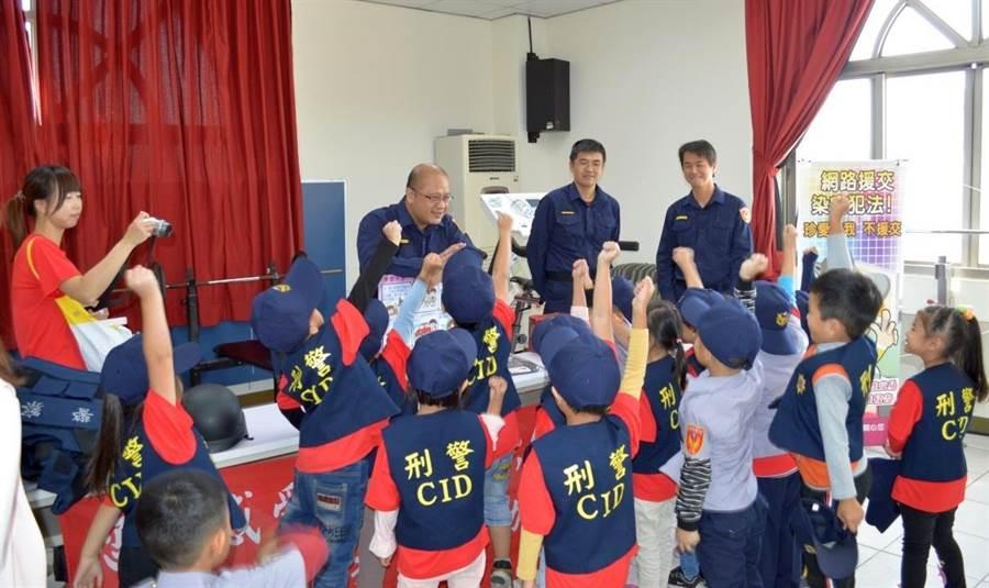 金湖分局副局長楊智銘提問,有獎徵答最受歡迎。(金湖分局提供/李金生金門傳真)