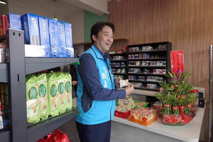 市長魏嘉賢今到商店關心,表示滿意,若有需要也請店家提供更多商品服務。(花蓮市公所提供/王志偉花蓮傳真)