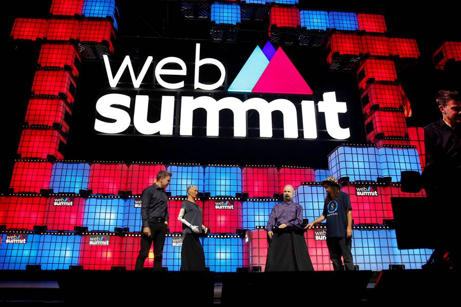 正在葡萄牙里斯本舉行的世界網路峰會上,聚集了網路與人工智慧等科技專家,華為輪值執行長郭平也獲邀發表演說。(圖/路透)