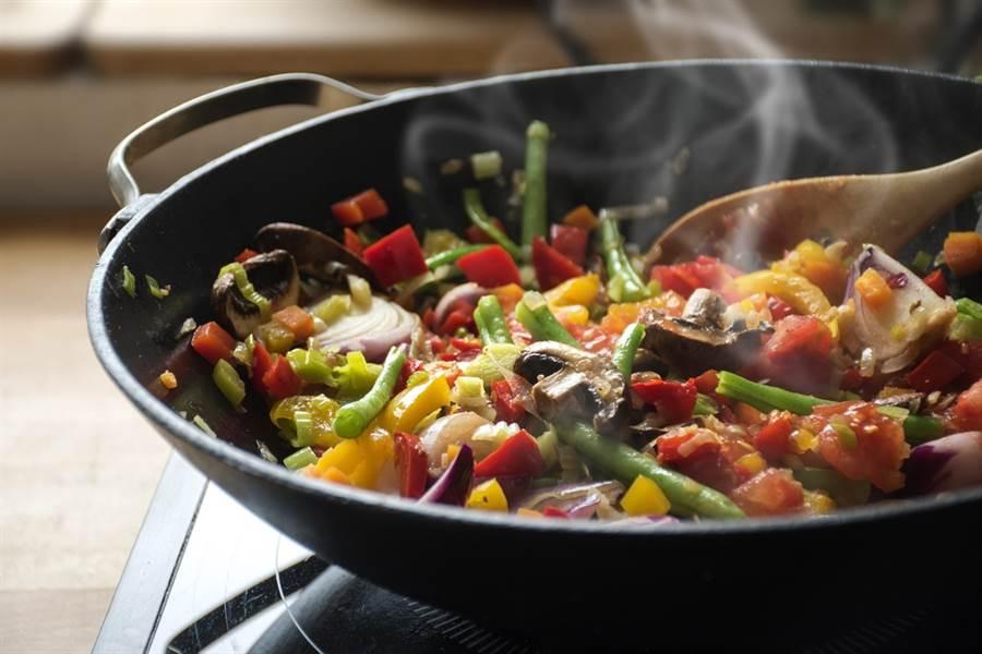 炒菜油溫太高,蔬菜中的營養素會被破壞掉。(達志影像/shutterstock)
