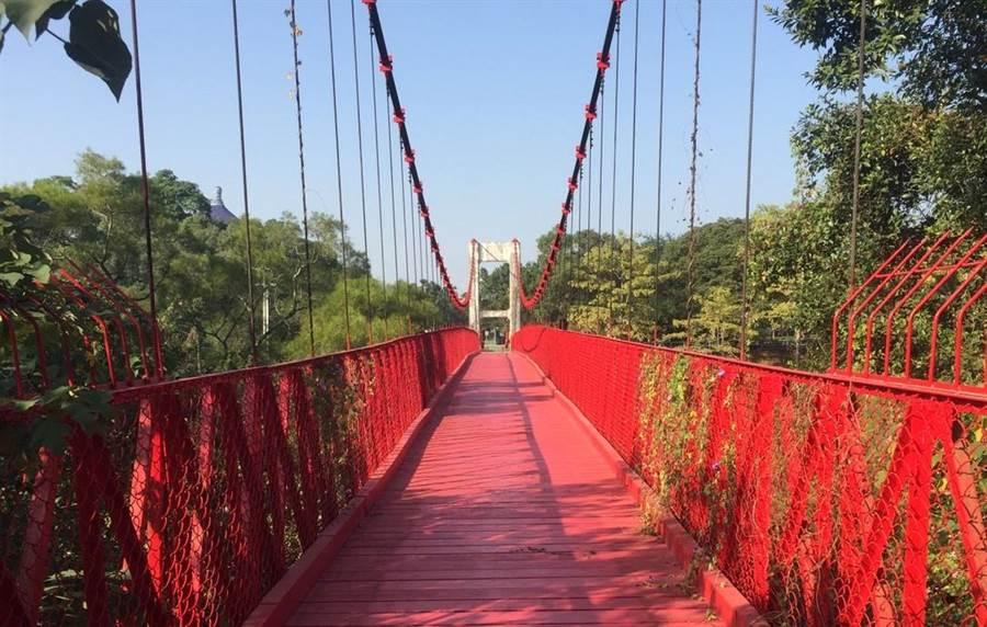 南藝大與烏山頭水庫相連的「跨虹吊橋」封閉多年,近期將恢復通行。(南藝大提供/劉秀芬台南傳真)
