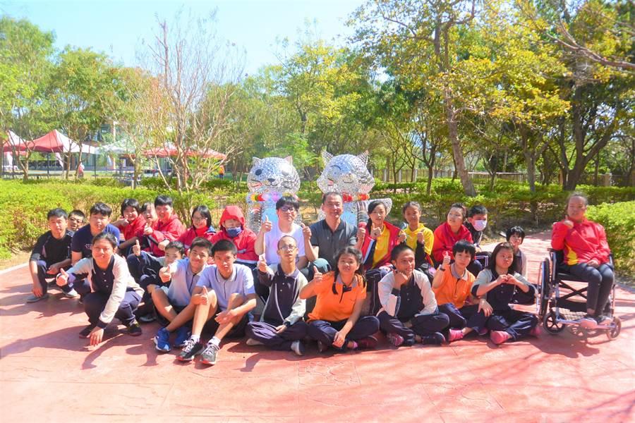 國立苗栗特殊教育學校20周年校慶,師生歡喜迎來「守護苗特」裝置藝術,營造校園新風景。(巫靜婷攝)