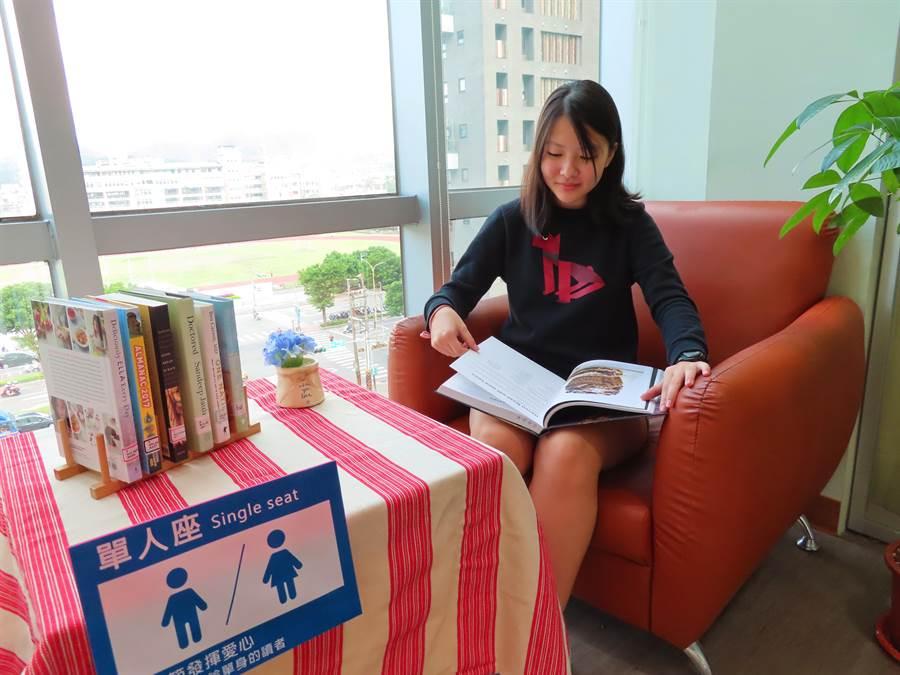 11月11日將至,新北市立圖書館汐止分館推出光棍節限定的VIP「單人專屬閱讀座」,讓單身男女可以在圖書館享受不寂寞。(葉書宏攝)