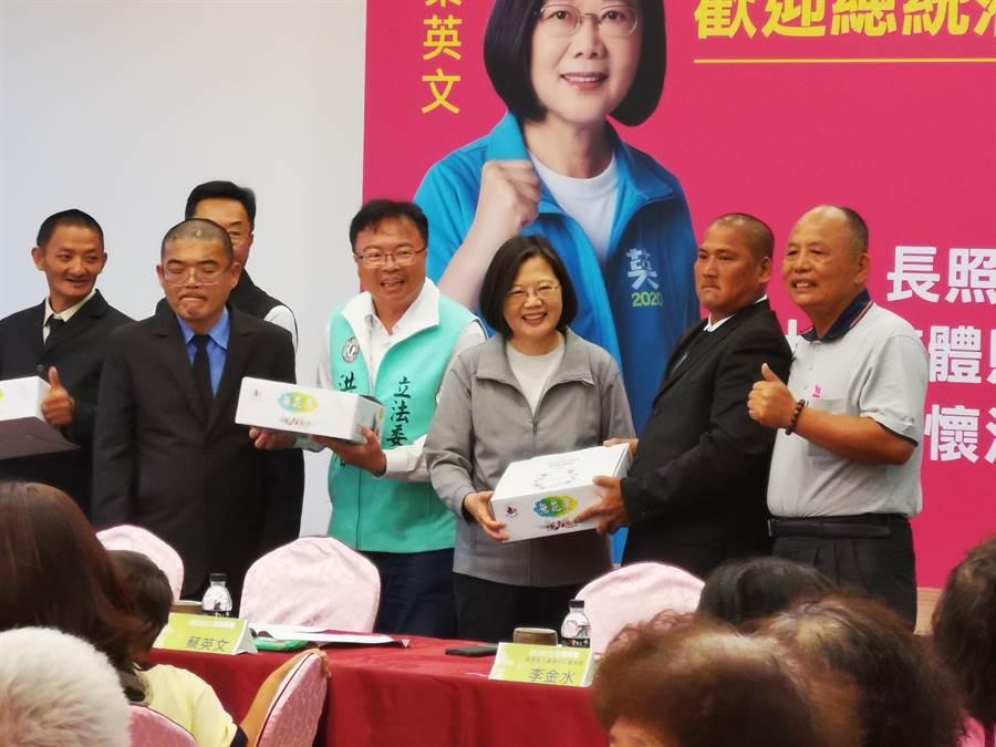 二林慈恩庇護農場的身心障礙朋友,也特別送上他們所種植的無花果給蔡總統,已表示感謝。(吳建輝攝)