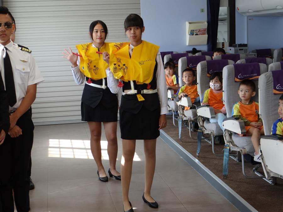 竹南君毅中學觀光科成立航空機艙模擬教室,來訓練學生如何成為空姐。〔君毅中學提供/謝明俊苗栗傳真〕