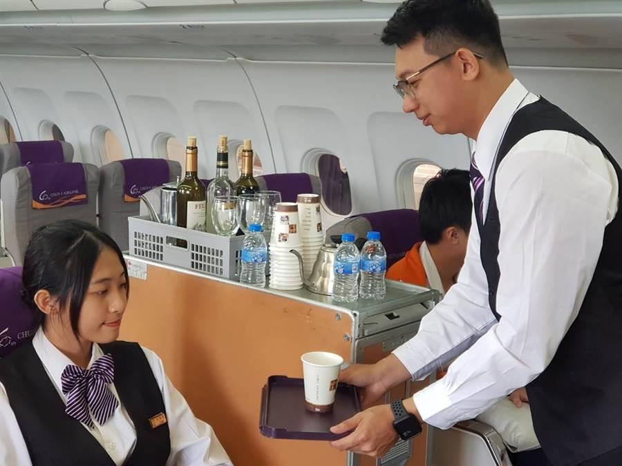 竹南君毅中學觀光科成立航空機艙模擬教室,來訓練學生如何成為空服員。〔君毅中學提供/謝明俊苗栗傳真〕