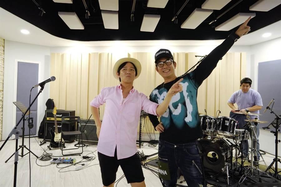 阿牛和任賢齊新歌〈嘿~我是說你呢〉,趁機爆料過往趣事。(寰亞唱片提供)