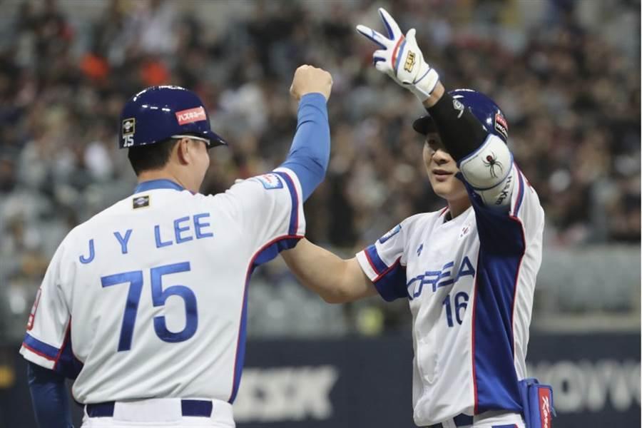 12強金河成(右)敲出2分打點安打,助韓國隊先馳得點。(美聯社)